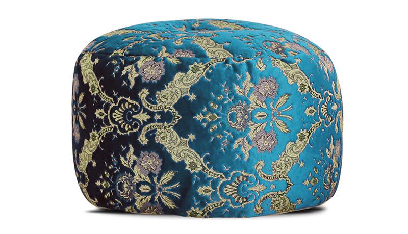 פוף ישיבה מקטיפה טורקיז עם רקמה ועיטורים בזהב